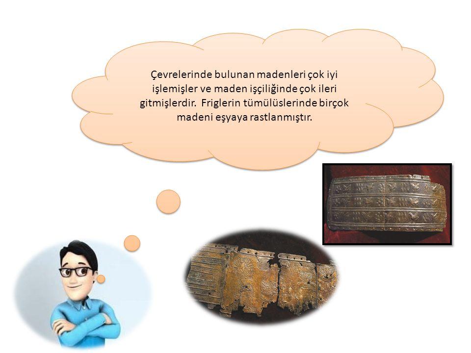 Urartularda, yönetici kesim ve aileleri, büyük kale ve merkezin yakınındaki çok odalı kaya mezarlarına gömülür.