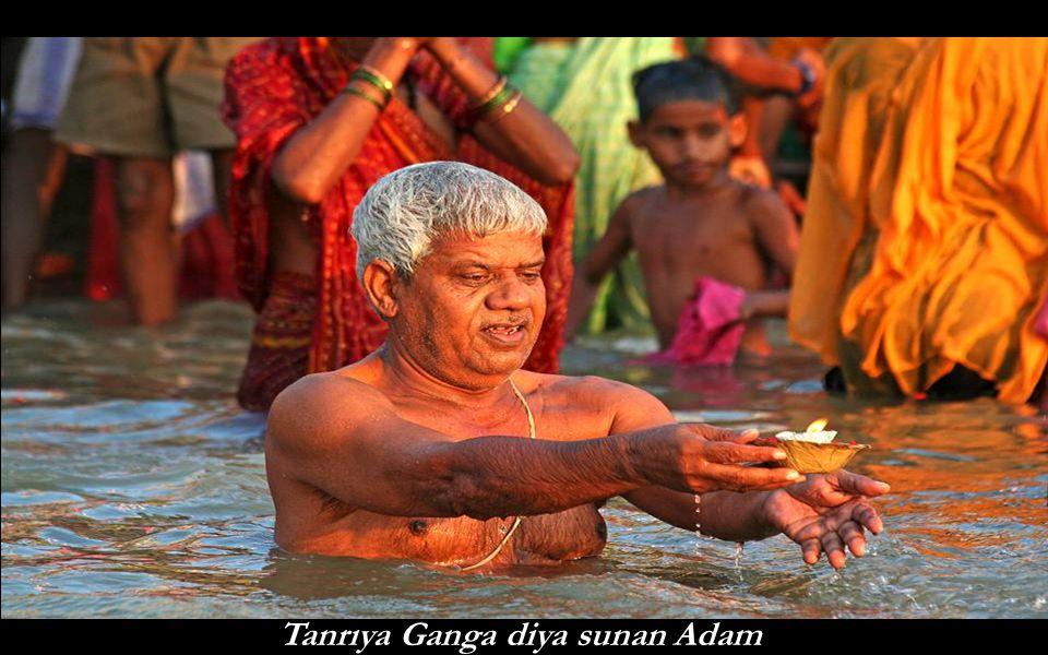 Tanrıya Ganga diya sunan Adam