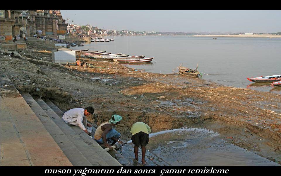 Varanasi sokaklarında coşku