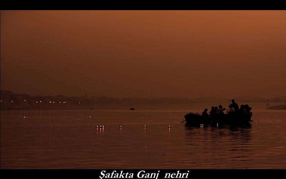 Varanasi, dindar Hinduların özellikle tercih ettikleri yerdir. Orada ölmeyi ve öldükten sonra yakılıp küllerinin oraya atılmasını isterler. Nehir boyu