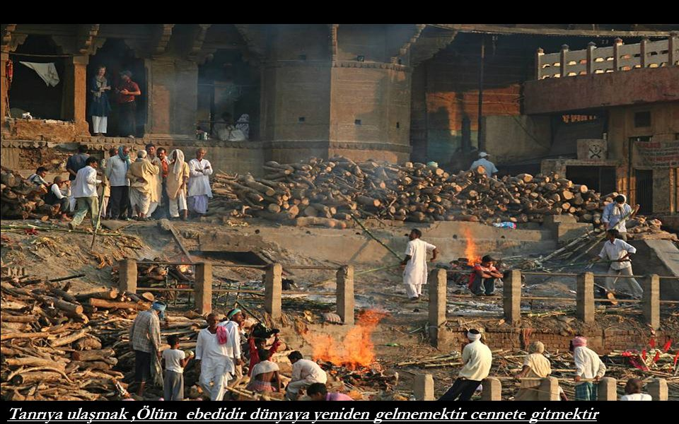 Ganj nehri kıyısında Ghat, merdivenlerinde ölü yakma yeri