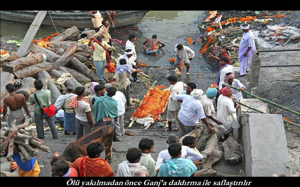 Ölü yakılmadan önce Ganj'a daldırma ile saflaştırılır