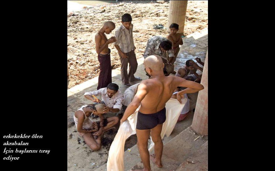 erkekekler ölen akrabaları İçin başlarını tıraş ediyor