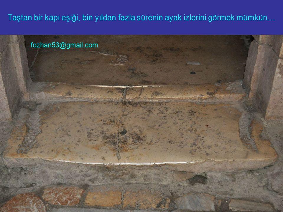 Taştan bir kapı eşiği, bin yıldan fazla sürenin ayak izlerini görmek mümkün… fozhan53@gmail.com