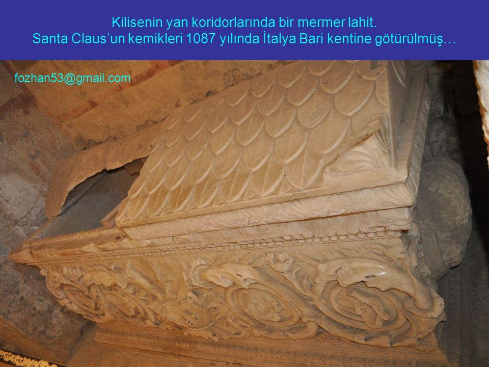 Kilisenin yan koridorlarında bir mermer lahit. Santa Claus'un kemikleri 1087 yılında İtalya Bari kentine götürülmüş… fozhan53@gmail.com