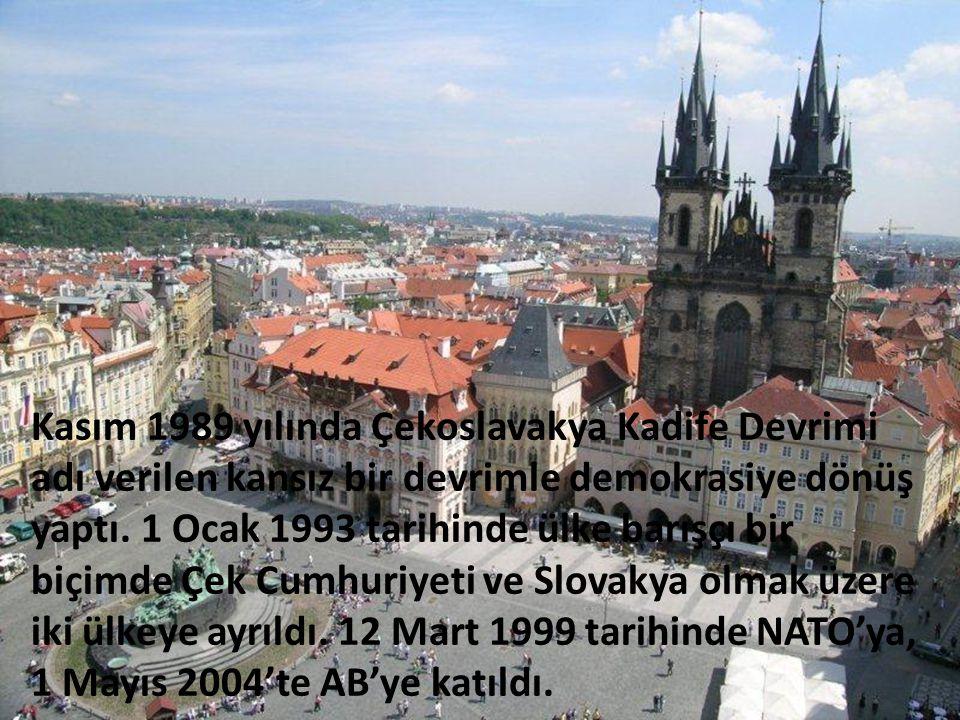 Kasım 1989 yılında Çekoslavakya Kadife Devrimi adı verilen kansız bir devrimle demokrasiye dönüş yaptı. 1 Ocak 1993 tarihinde ülke barışçı bir biçimde