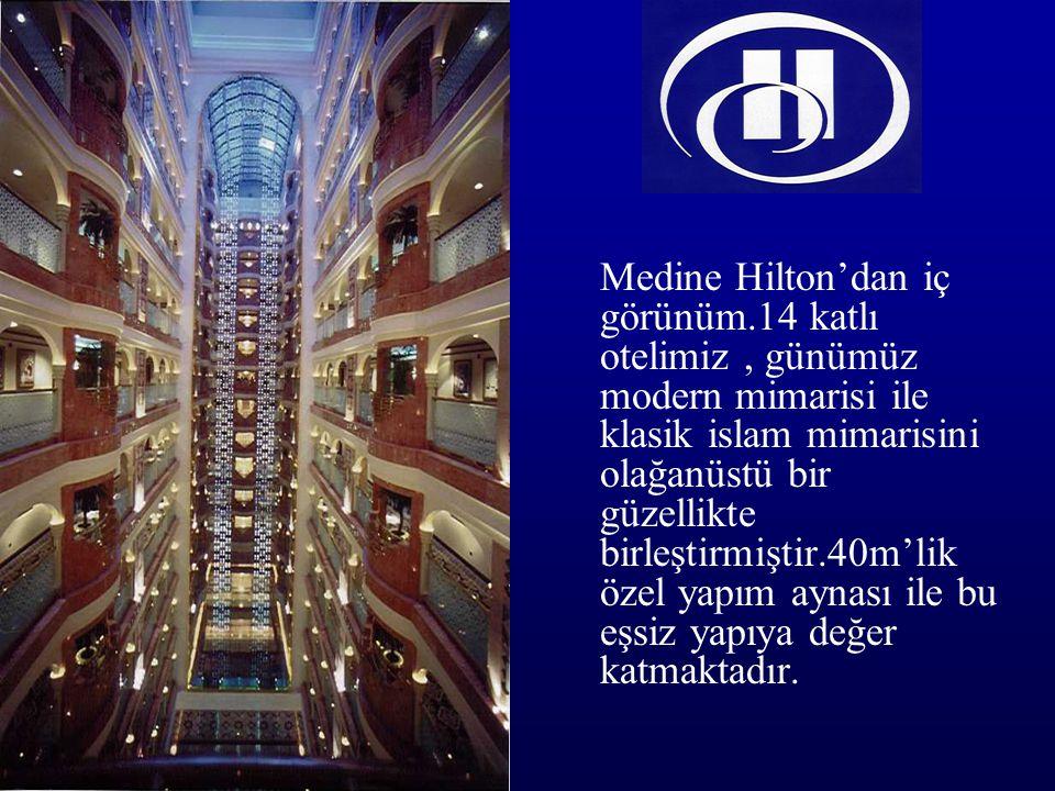 Medine Hilton'dan iç görünüm.14 katlı otelimiz, günümüz modern mimarisi ile klasik islam mimarisini olağanüstü bir güzellikte birleştirmiştir.40m'lik özel yapım aynası ile bu eşsiz yapıya değer katmaktadır.