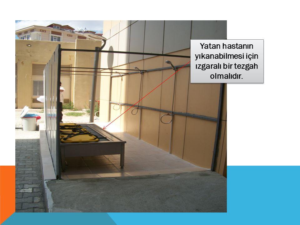 Yatan hastanın yıkanabilmesi için ızgaralı bir tezgah olmalıdır.