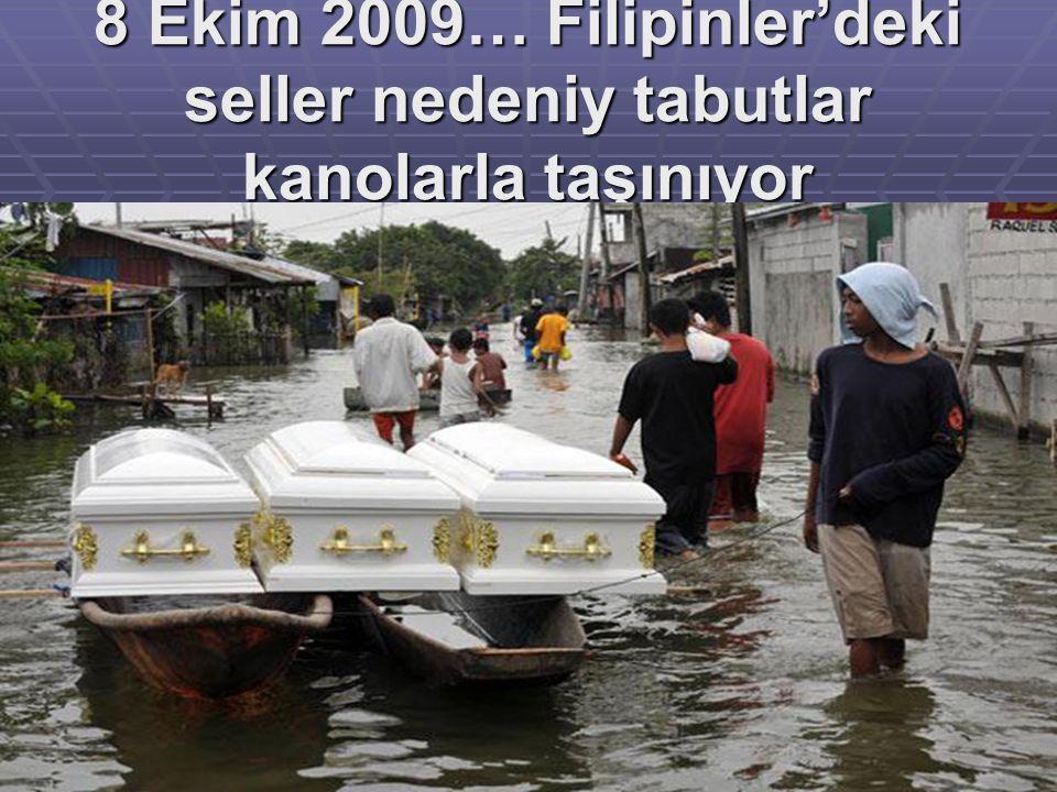 8 Ekim 2009… Filipinler'deki seller nedeniy tabutlar kanolarla taşınıyor