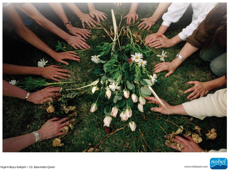 Kenya'da 3 ile 9 yaş arasındaki çocuklar anneleriyle birlikte babalarının mezarını ziyaret ederken.