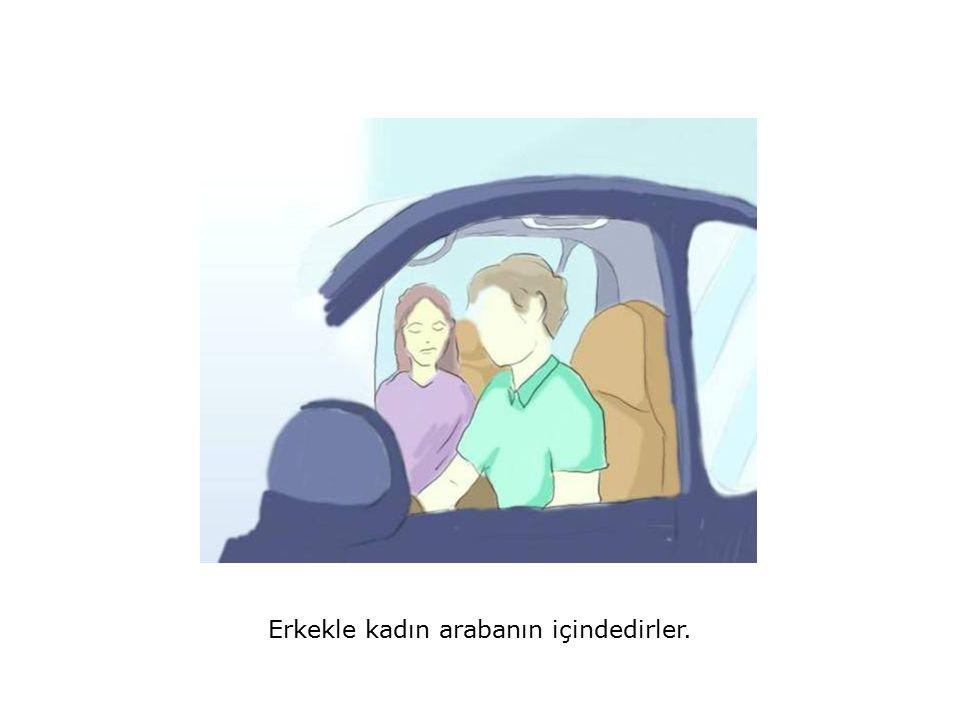 Erkekle kadın arabanın içindedirler.
