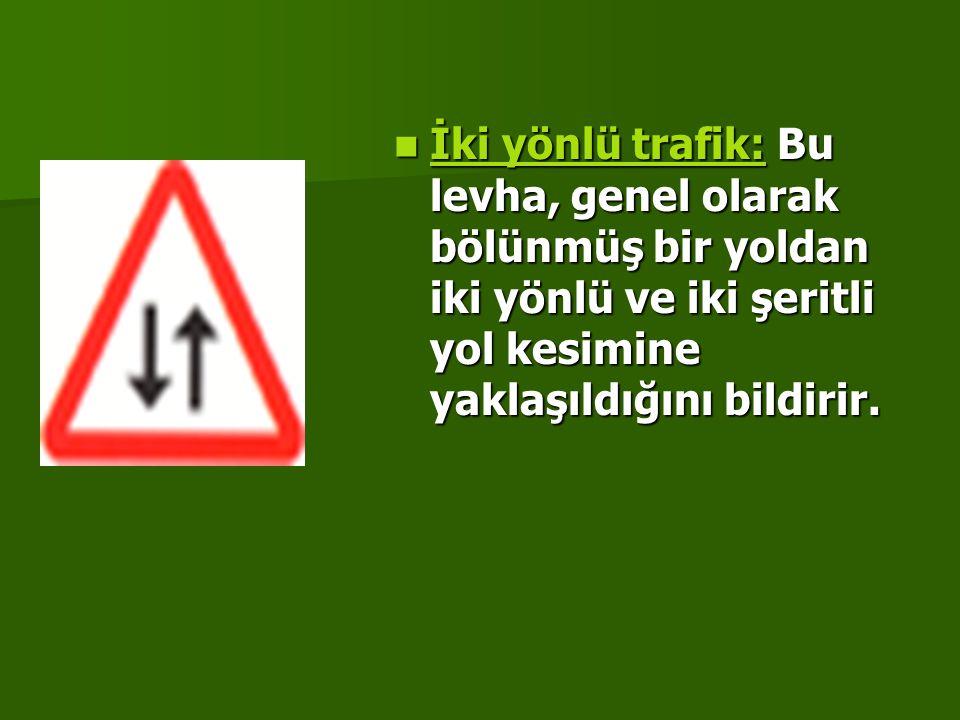 İki yönlü trafik: Bu levha, genel olarak bölünmüş bir yoldan iki yönlü ve iki şeritli yol kesimine yaklaşıldığını bildirir.