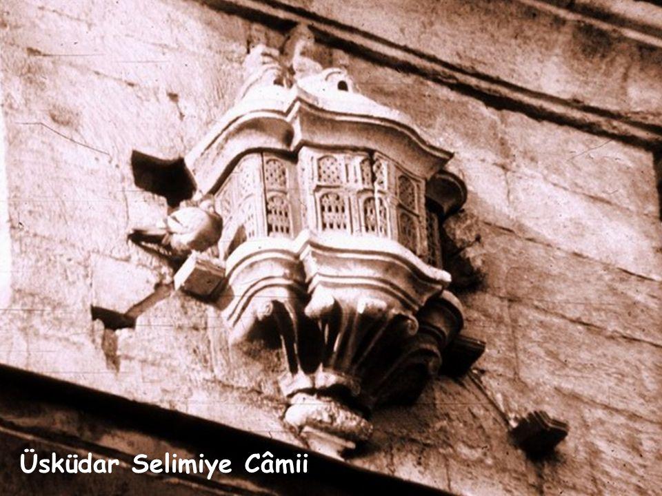Üsküdar, Yeni Vâlide Câmii Câmi, türbe, medrese benzeri yapıların fazla rüzgâr almayan duvarlarının yüksek yerlerine minyatür köşkler hâlinde yerleşen