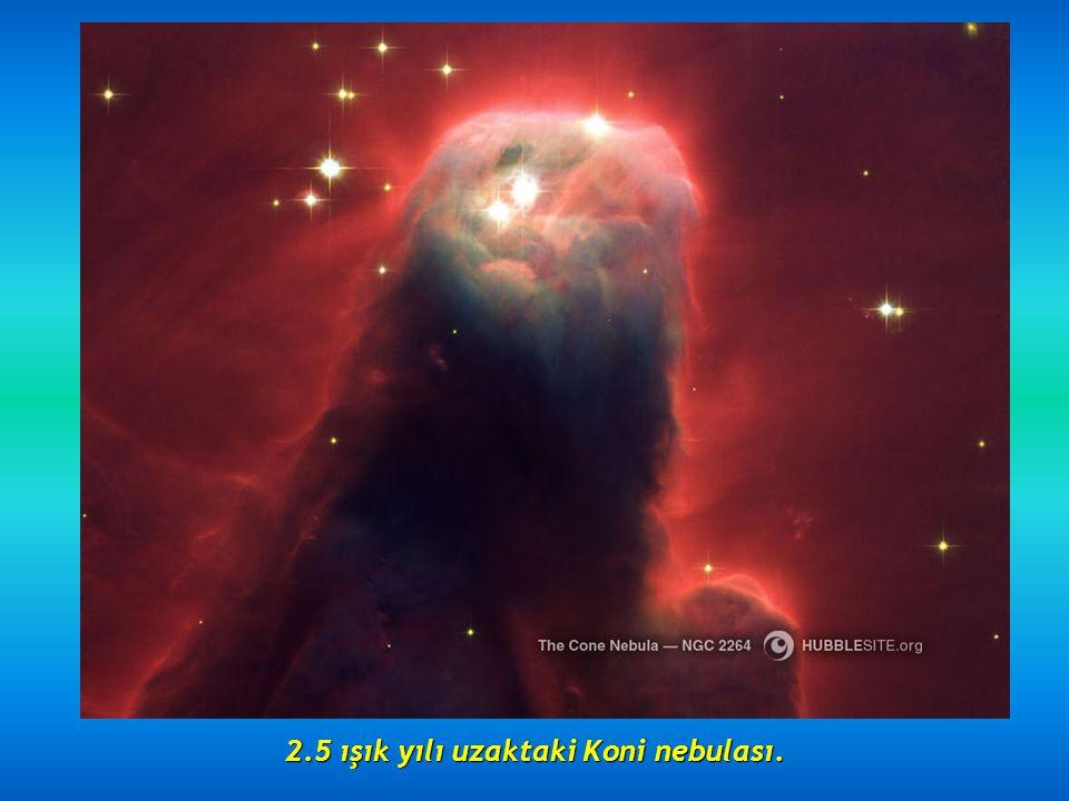 8000 ışık yılı uzakta bulunan Saat camı nebulası. Merkezdeki daralmayla dikkat çeken güzel nebula.