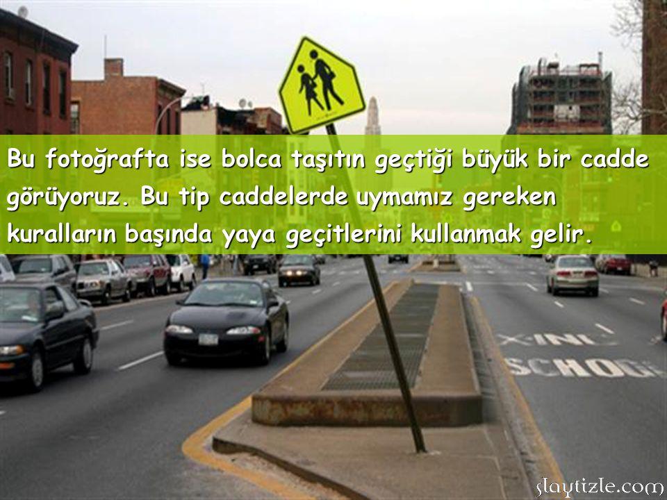Bu fotoğrafta araçların girmediği bir cadde var. Bu caddede rahat bir şekilde yaya olarak dolaşabilirsiniz.