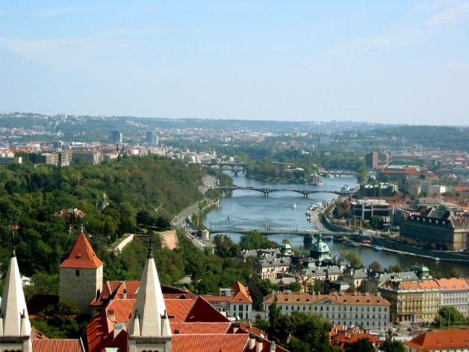 Çek Cumhuriyetinin başkenti ! Hitler'in hayran kalıp bombalatmadığı iki şehirden biri. (Diğeri Paris) Hem son derece gothic, hem de romantik bir şehir