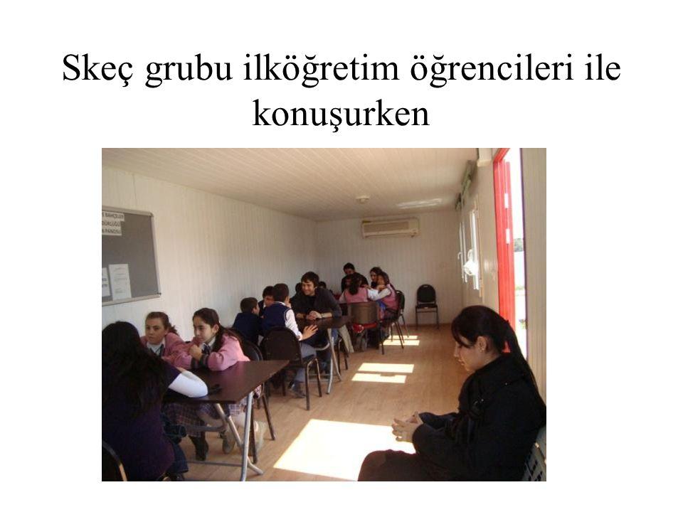 Skeç grubu ilköğretim öğrencileri ile konuşurken