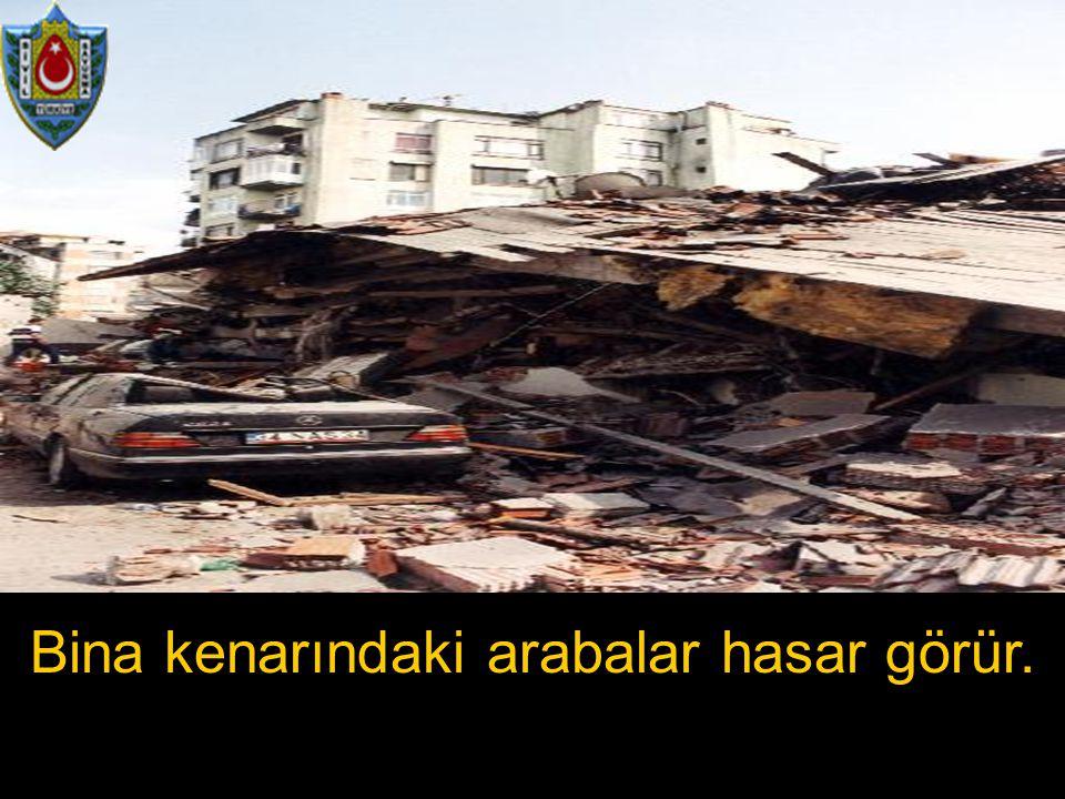 Bina kenarındaki arabalar hasar görür.