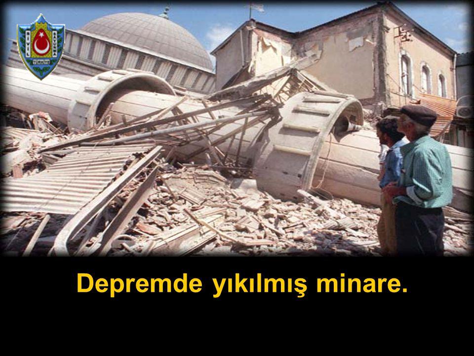 Depremde yıkılmış minare.