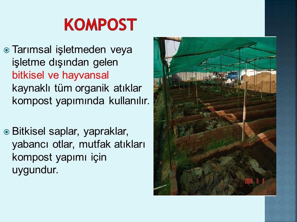  Tarımsal işletmeden veya işletme dışından gelen bitkisel ve hayvansal kaynaklı tüm organik atıklar kompost yapımında kullanılır.  Bitkisel saplar,
