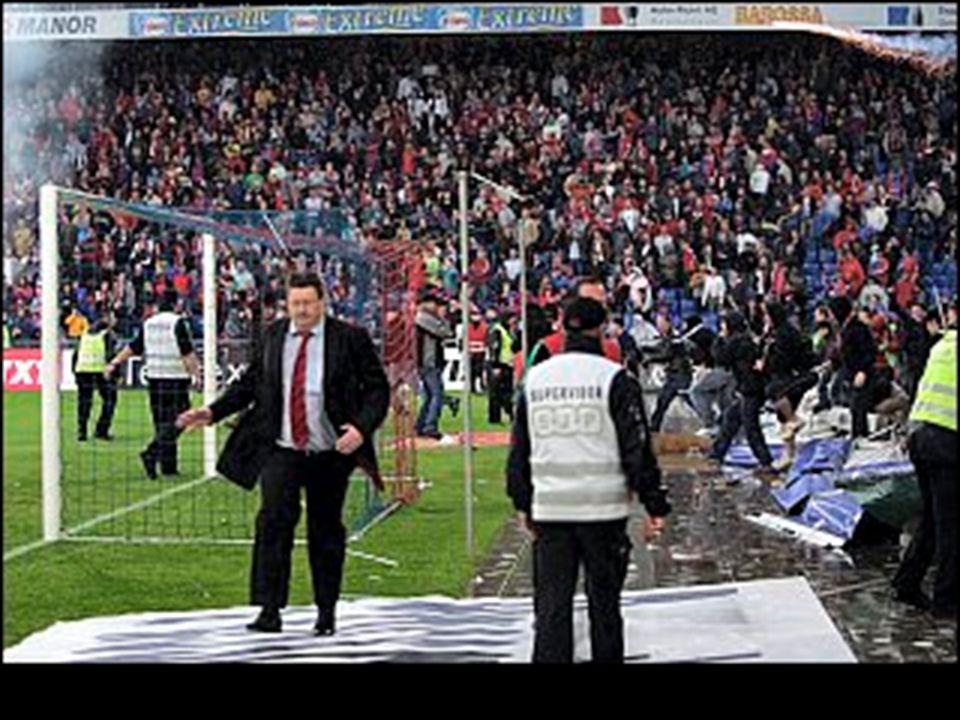 Maçın bitiş düdüğüyle birlikte Flipesku saha icinde saldırıya uğradı...
