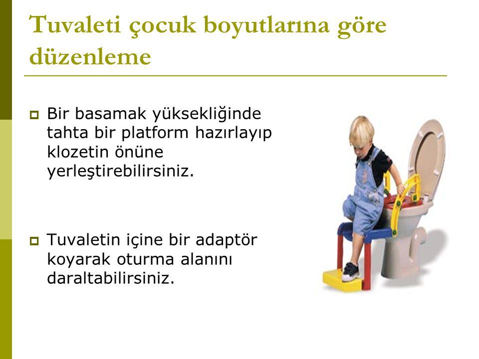 Tuvaleti çocuk boyutlarına göre düzenleme  Bir basamak yüksekliğinde tahta bir platform hazırlayıp klozetin önüne yerleştirebilirsiniz.  Tuvaletin i