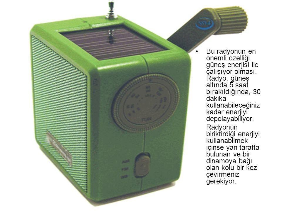 Bu radyonun en önemli özelliği güneş enerjisi ile çalışıyor olması. Radyo, güneş altında 5 saat bırakıldığında, 30 dakika kullanabileceğiniz kadar ene