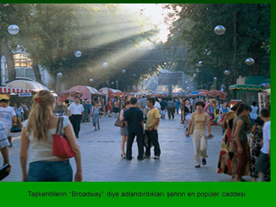 """Taşkentlilerin """"Broadway"""" diye adlandırdıkları şehrin en popüler caddesi."""