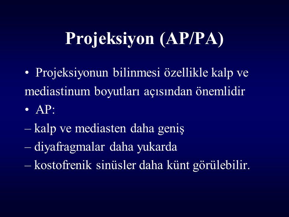 Projeksiyon (AP/PA) Projeksiyonun bilinmesi özellikle kalp ve mediastinum boyutları açısından önemlidir AP: – kalp ve mediasten daha geniş – diyafragmalar daha yukarda – kostofrenik sinüsler daha künt görülebilir.