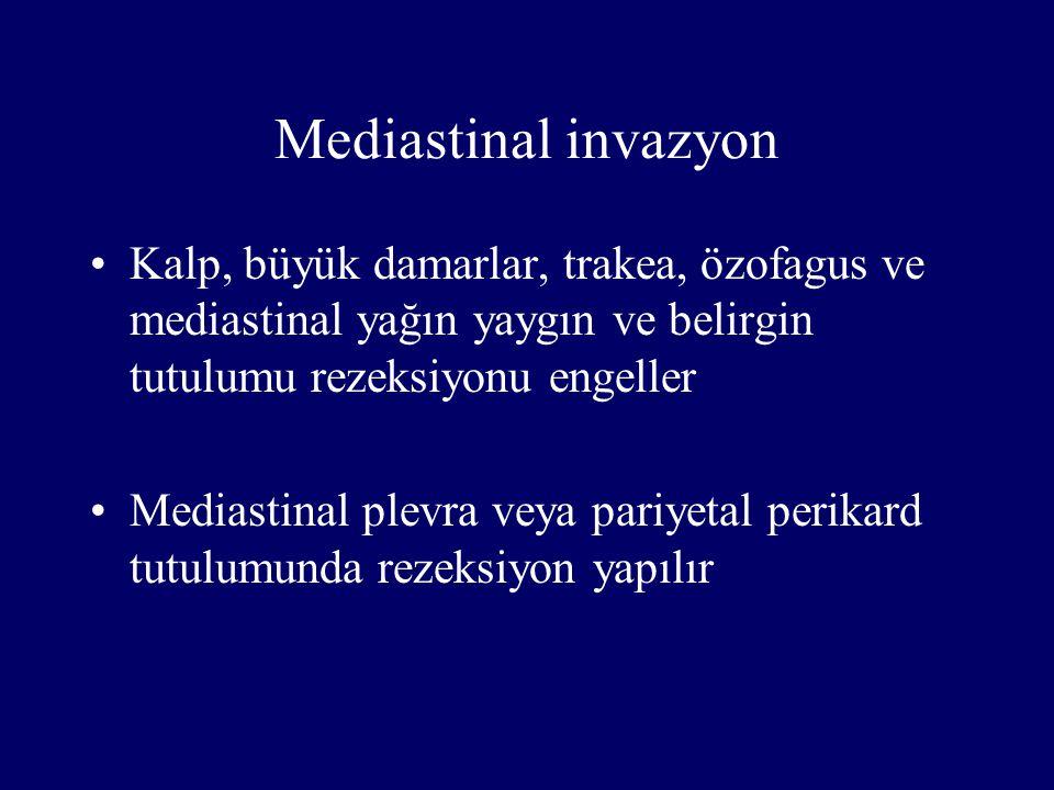 Mediastinal invazyon Kalp, büyük damarlar, trakea, özofagus ve mediastinal yağın yaygın ve belirgin tutulumu rezeksiyonu engeller Mediastinal plevra v