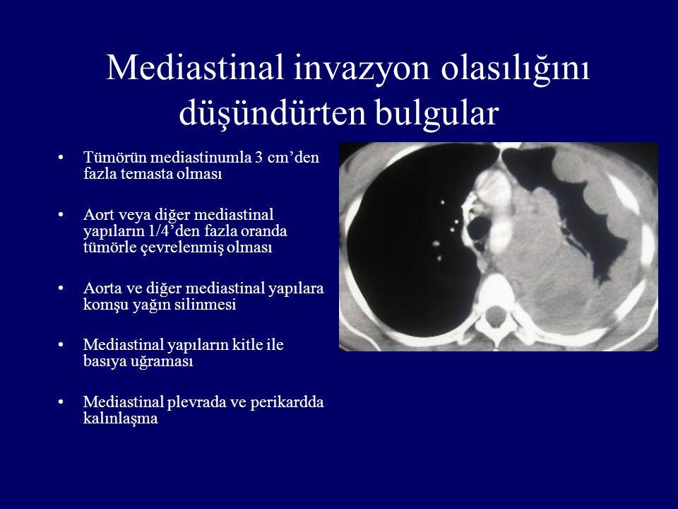Mediastinal invazyon olasılığını düşündürten bulgular Tümörün mediastinumla 3 cm'den fazla temasta olması Aort veya diğer mediastinal yapıların 1/4'de