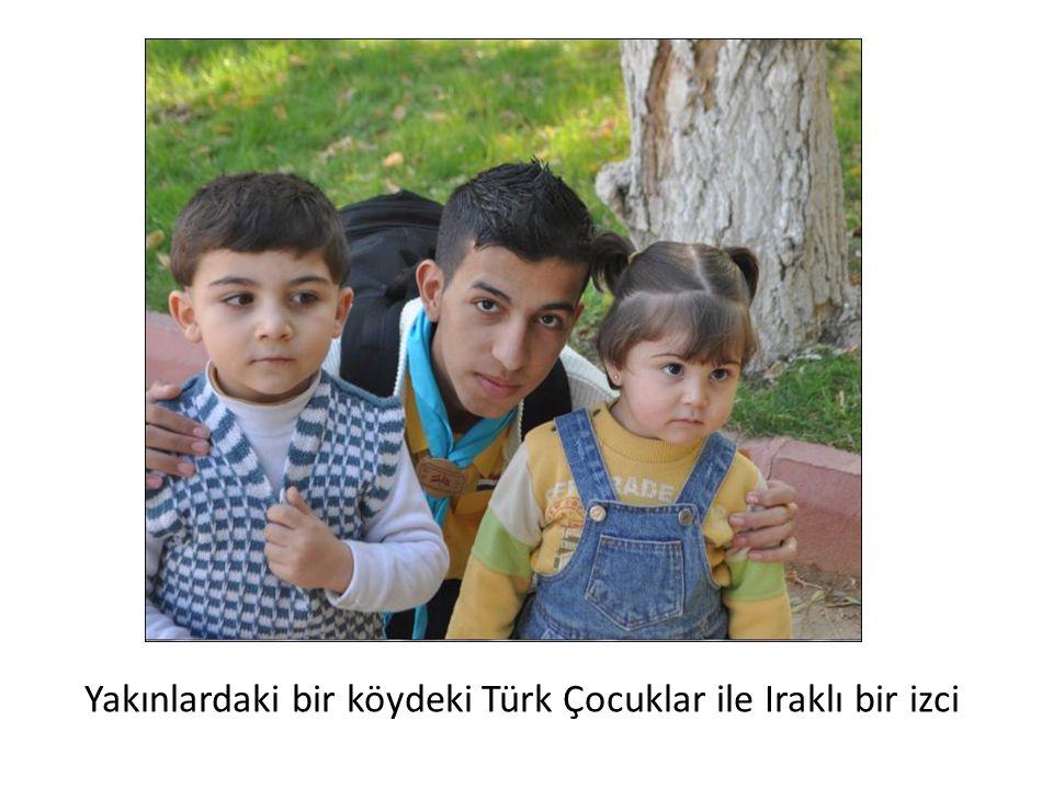 Yakınlardaki bir köydeki Türk Çocuklar ile Iraklı bir izci