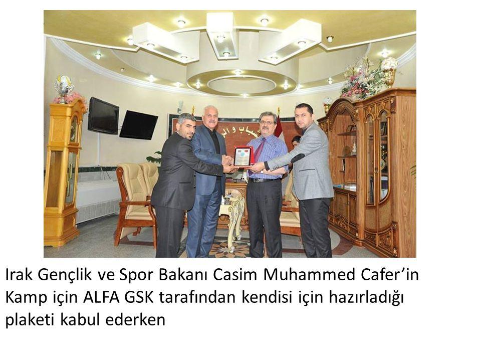 Irak Gençlik ve Spor Bakanı Casim Muhammed Cafer'in Kamp için ALFA GSK tarafından kendisi için hazırladığı plaketi kabul ederken