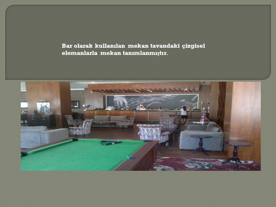 Bar olarak kullanılan mekan tavandaki çizgisel elemanlarla mekan tanımlanmı ş tır.