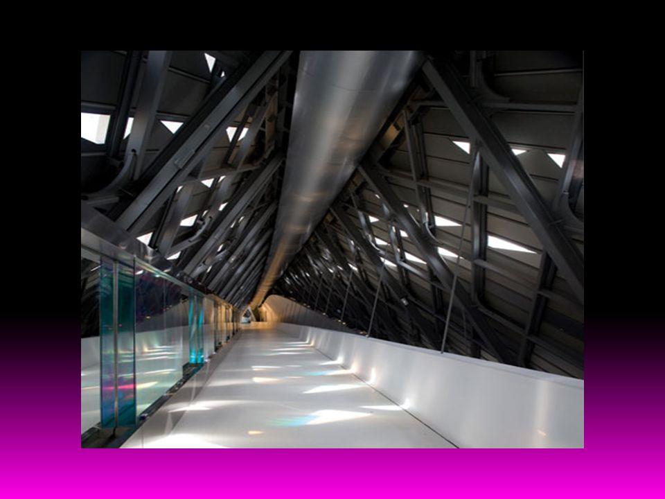 Hadid, şu sıralar 2012 Olimpiyat oyunları için bir su merkezi inşa etmekle meşgul.