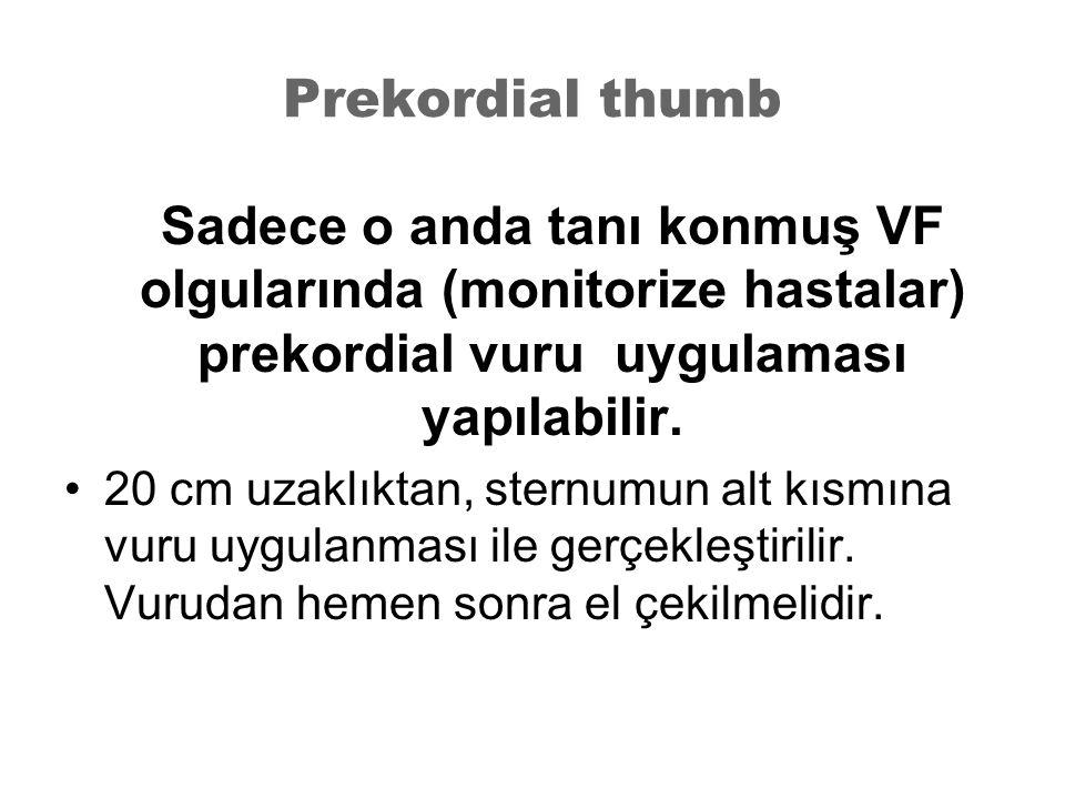 Prekordial thumb Sadece o anda tanı konmuş VF olgularında (monitorize hastalar) prekordial vuru uygulaması yapılabilir. 20 cm uzaklıktan, sternumun al