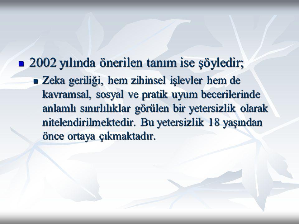 2002 yılında önerilen tanım ise şöyledir; 2002 yılında önerilen tanım ise şöyledir; Zeka geriliği, hem zihinsel işlevler hem de kavramsal, sosyal ve p