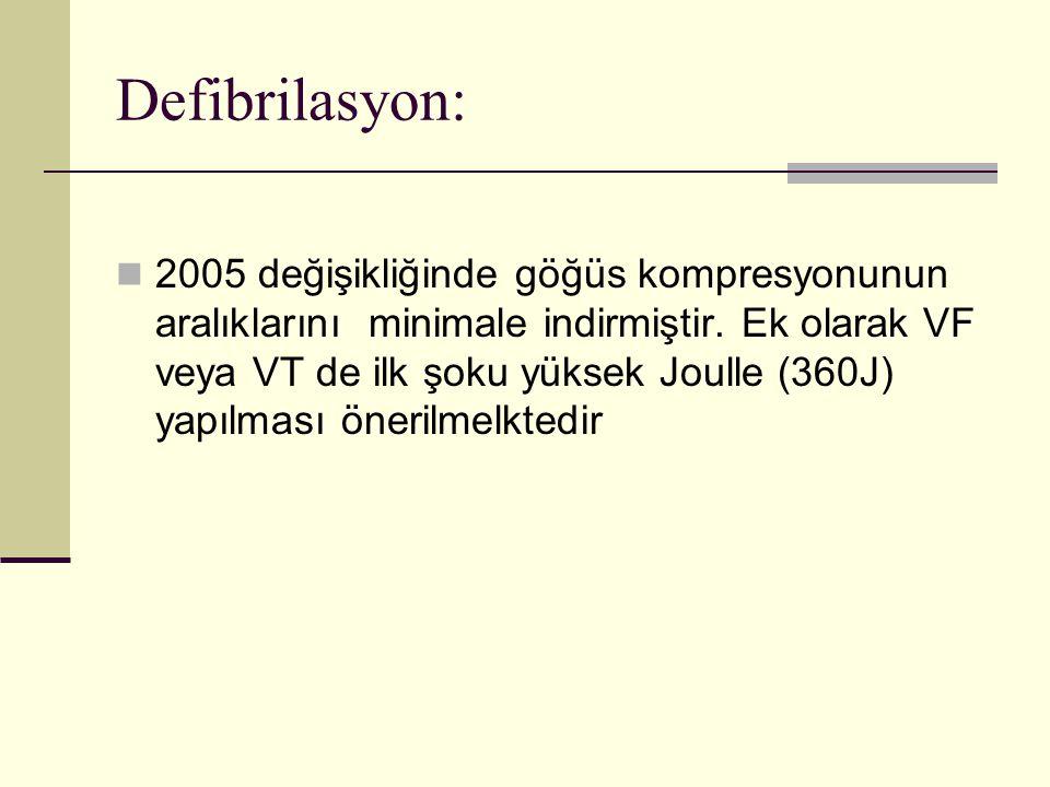 Defibrilasyon: 2005 değişikliğinde göğüs kompresyonunun aralıklarını minimale indirmiştir. Ek olarak VF veya VT de ilk şoku yüksek Joulle (360J) yapıl