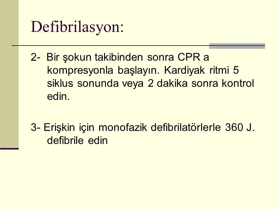 Defibrilasyon: 2- Bir şokun takibinden sonra CPR a kompresyonla başlayın. Kardiyak ritmi 5 siklus sonunda veya 2 dakika sonra kontrol edin. 3- Erişkin