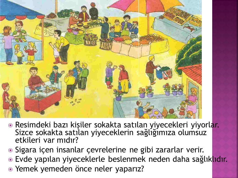  Resimdeki bazı kişiler sokakta satılan yiyecekleri yiyorlar.