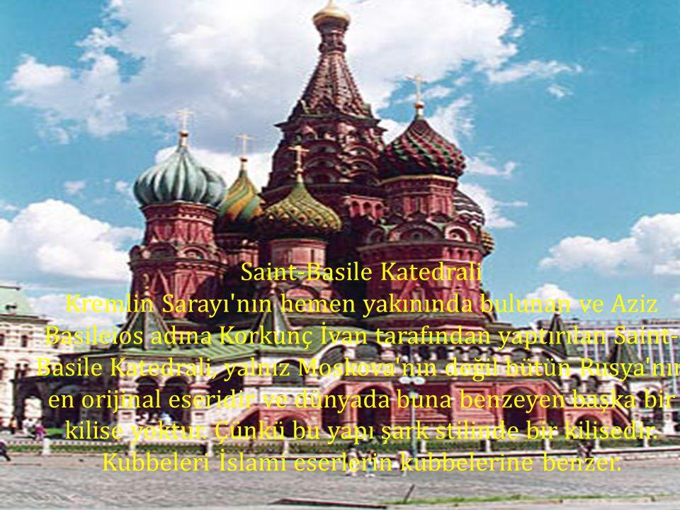 Saint-Basile Katedrali Kremlin Sarayı'nın hemen yakınında bulunan ve Aziz Basileios adına Korkunç İvan tarafından yaptırılan Saint- Basile Katedrali,