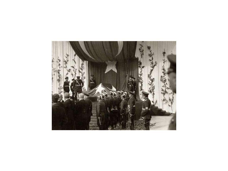 ATATÜRK'ÜN NAAŞI TBMM ÖNÜNDE KALAFALKTA (20 KASIM 1938)