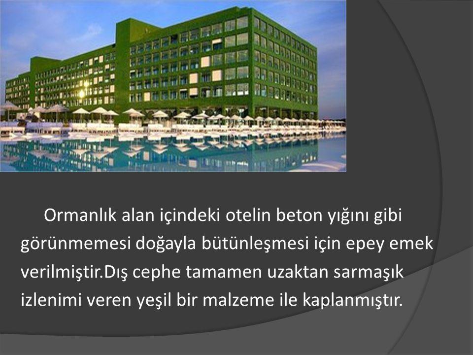 Otelin konseptini beyaz ayna ve cam oluşturuyor.