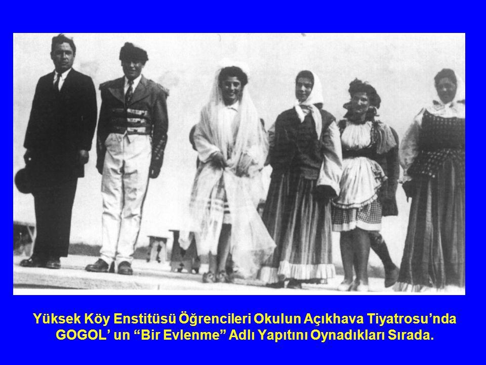Yüksek Köy Enstitüsü Öğrencileri Okulun Açıkhava Tiyatrosu'nda GOGOL' un Bir Evlenme Adlı Yapıtını Oynadıkları Sırada.