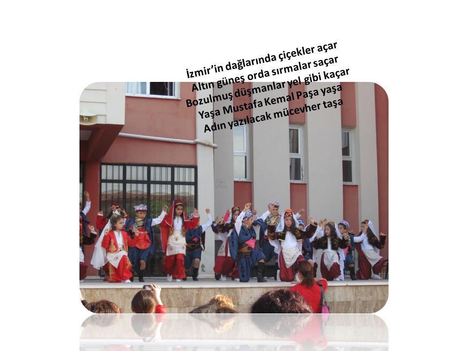 İzmir'in dağlarında çiçekler açar Altın güneş orda sırmalar saçar Bozulmuş düşmanlar yel gibi kaçar Yaşa Mustafa Kemal Paşa yaşa Adın yazılacak mücevh