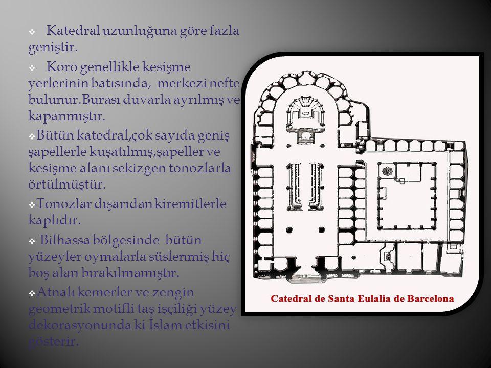 Katedral uzunluğuna göre fazla geniştir.  Koro genellikle kesişme yerlerinin batısında, merkezi nefte bulunur.Burası duvarla ayrılmış ve kapanmıştı
