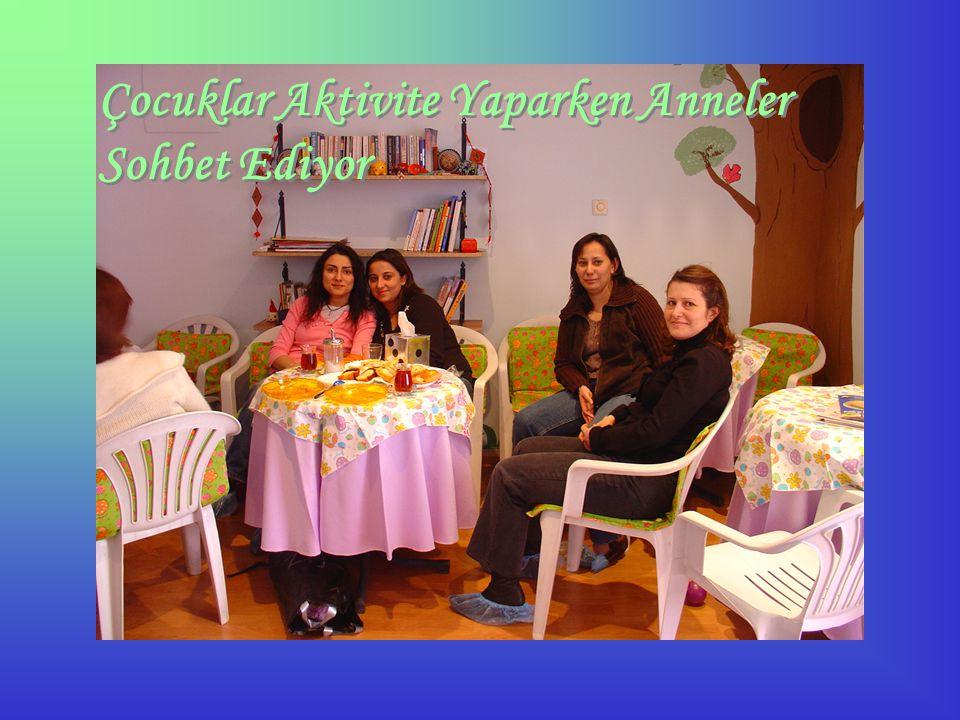 Çocuklar Aktivite Yaparken Anneler Sohbet Ediyor