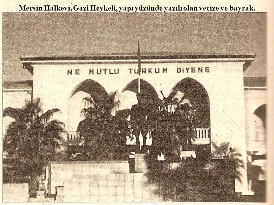 Mersin Halkevi, Gazi Heykeli, yapı yüzünde yazılı olan vecize ve bayrak.