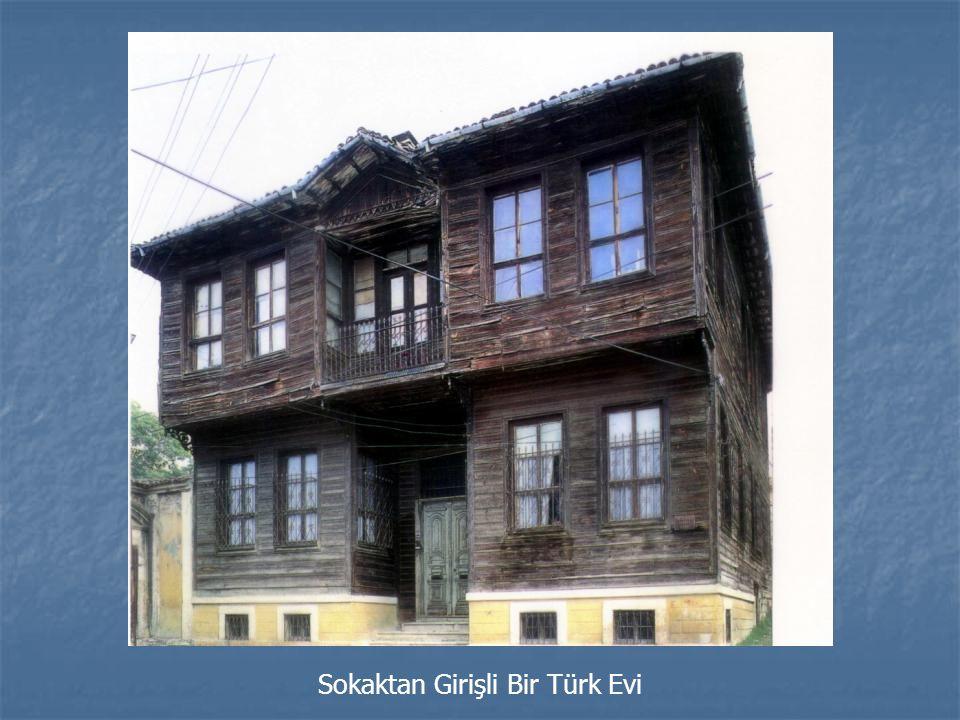 Sokaktan Girişli Bir Türk Evi