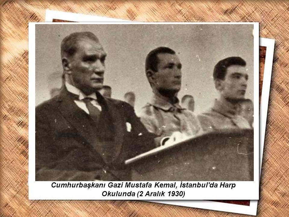 Cumhurbaşkanı Gazi Mustafa Kemal, İzmir Erkek Lisesinde matematik dersini izlerken (1 Şubat 1931) Cumhurbaşkanı Gazi Mustafa Kemal, İstanbul'da Harp O